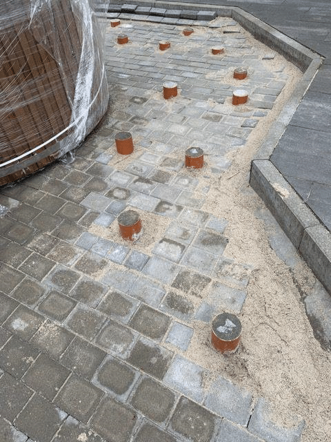 Poteaux en béton avec pavage pour la base de la terrasse en bois